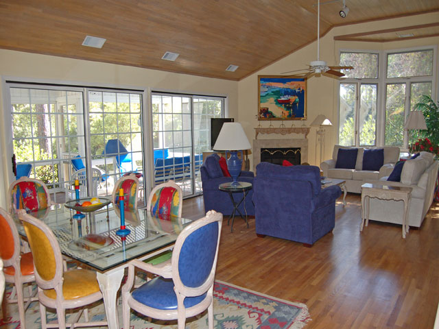 4 Dinghy - Dining Area