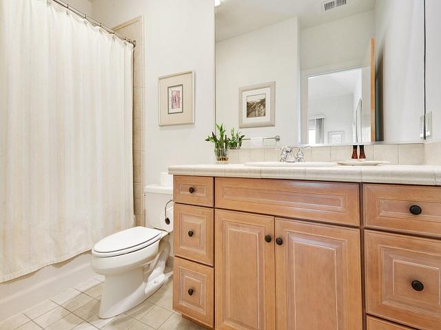 11 Dinghy - Bathroom
