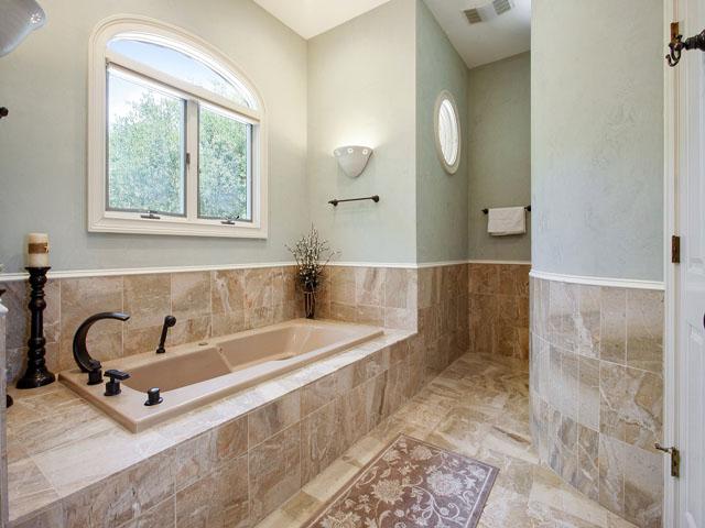 9 Galleon - Downstairs Master Bedroom Bathroom