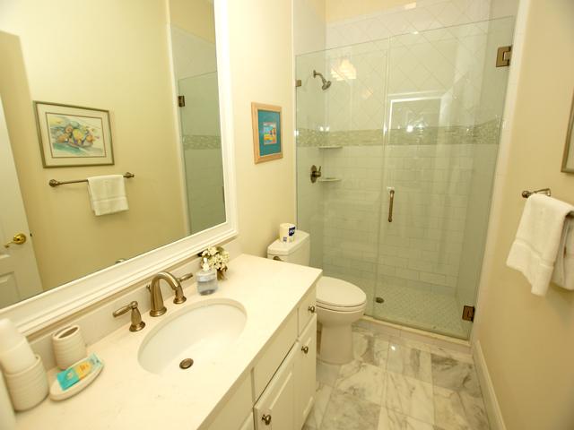 1 Hunt Club - Green Bathroom