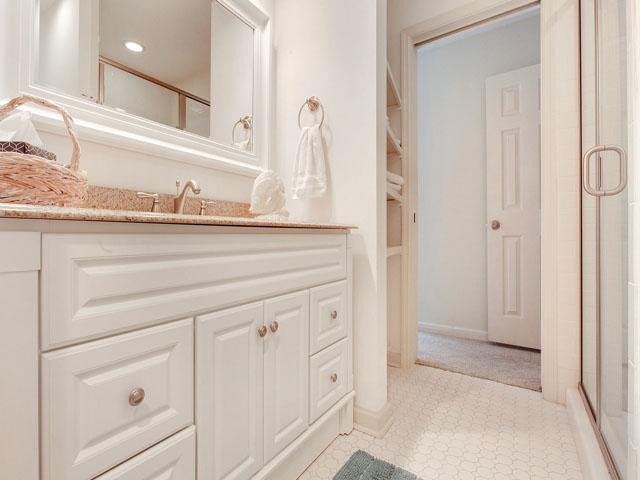 5 Saint George - Guest Bedroom Bathroom