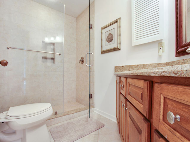 606 Barrington Park - Bedroom Bathroom