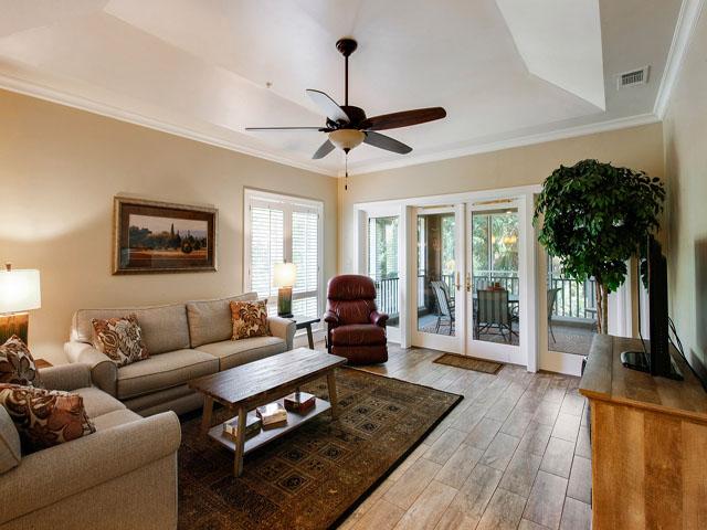 8106 Wendover - Living room